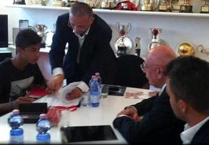 Il giovane Mastour insieme a Galliani firma il contratto con il Milan