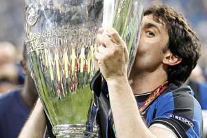 Diego Milito bacia la coppa della Champions League del 2010, di cui è stato protagonista