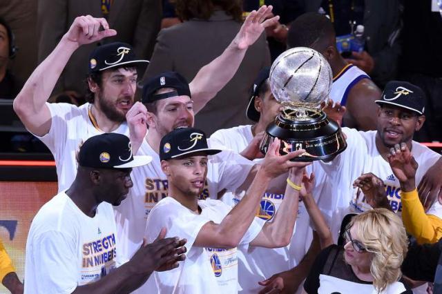 Stephen Curry e i suoi compagni festeggiano il titolo Nba appena vinto