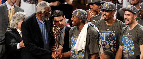 Andre Iguodala riceve il titolo di MVP delle Finali da Bill Russell