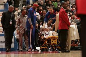 Shaun Livingston guarda incredulo il suo ginocchio sinistro dopo il gravissimo infortunio