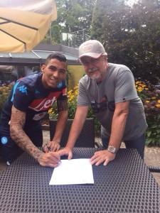 La firma di Allan sul contratto che lo legherà al Napoli