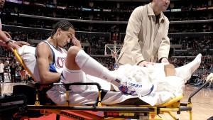 Shaun Livingston subito dopo l'infortunio con la maglia dei Clippers