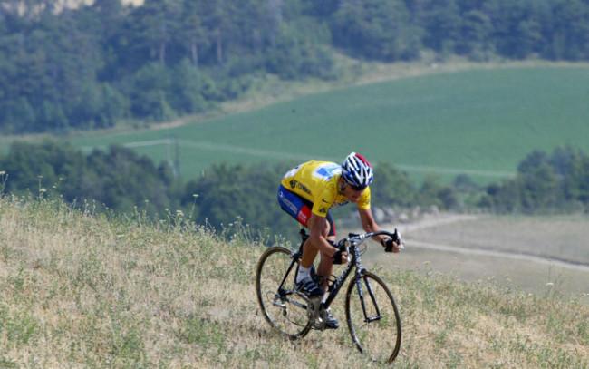 Gap, 2003: Armstrong, vestito di giallo, si lancia tra i campi francesi