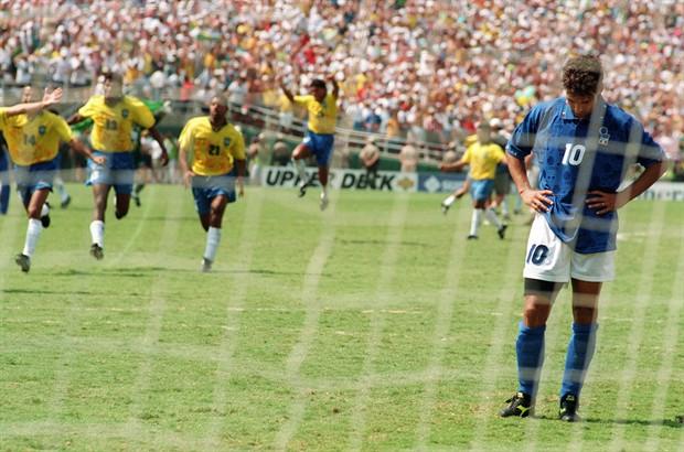 Roberto Baggio dopo aver sbagliato uno dei rigori più famosi della storia