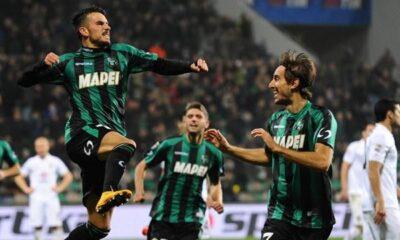 Nicola Sansone festeggia dopo aver segnato contro il Napoli