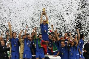 Fabio Cannavaro alza la coppa del Mondo nella magica finale di Berlino
