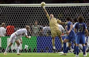 Gigi Buffon nella sua strepitosa parata sul colpo di testa di Zidane nella finale del 2006