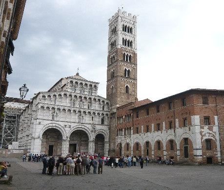 Duomo di Lucca (ma si possono fare innumerevoli altri esempi): per accedervi bisogna sborsare 4 euro...