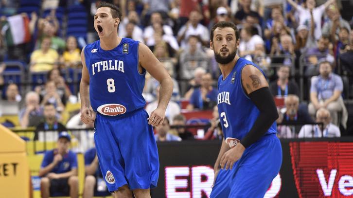 Belinelli e Bargnani esultano nel quarto conclusivo di Italia-Spagna