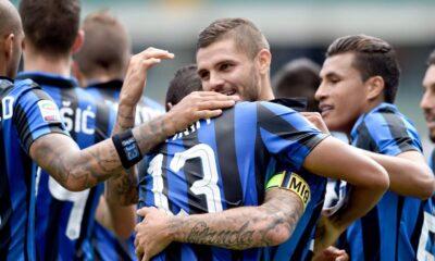 Mauro Icardi festeggiato dai compagni dopo il gol contro il Chievo