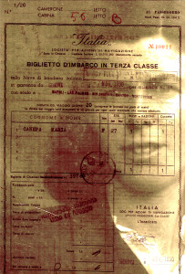 Casa America, opera di Fabio Taramasco,-7 NOV. 1950, 2015, fotoceramica, 40x26.