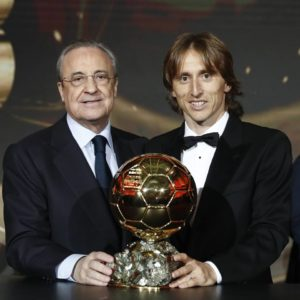 Luka Modric posa con Florentino Perez e il Pallone d'Oro appena conquistato