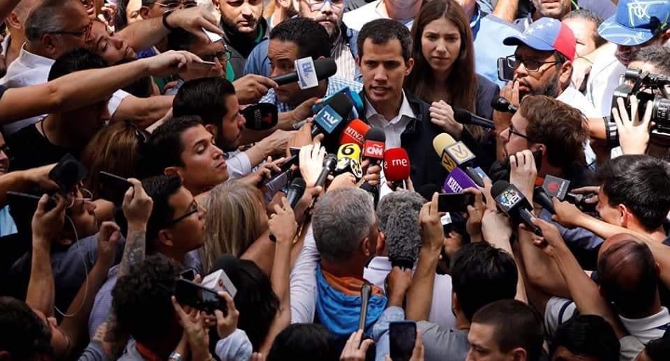Juan Guaidó parla alla stampa