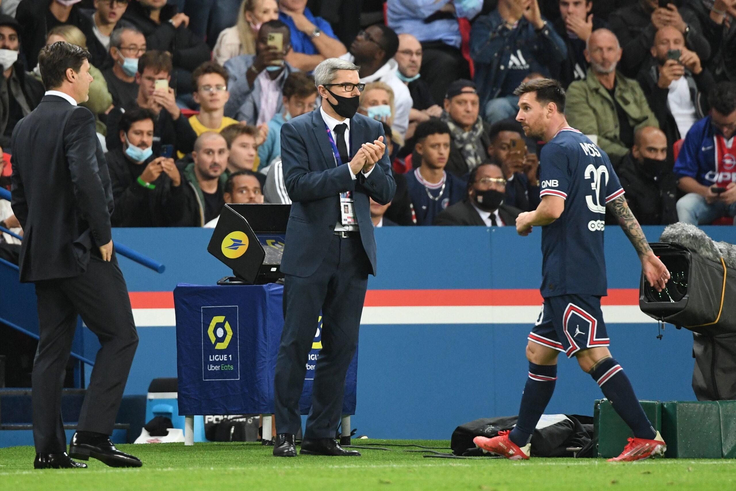 Nervi tesi tra Lionel Messi e Mauricio Pochettino al momento della sostituzione durante PGA-Lione (19 Settembre 2021) - Photo by Sportmediaset